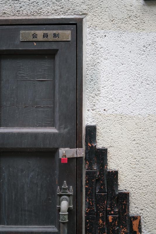 四日市 三和商店街 バーのドア